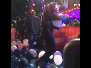 Emily Osment Vine Video: Austin Mahone pops balloons.